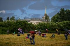 La gente sotto gli ombrelli Fotografia Stock Libera da Diritti