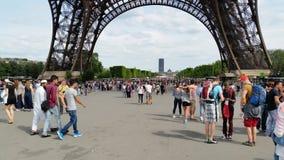 La gente sotto la torre Eiffel, Parigi Fotografie Stock Libere da Diritti