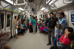 La gente in sottopassaggio Singapore del treno fotografia stock