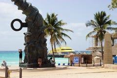 La gente, spiaggia accessibile, scultura, traghetto in Playa del Carmen, Messico immagini stock