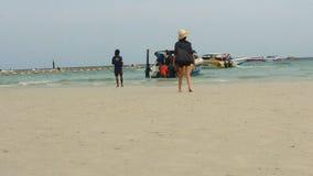 La gente in spiaggia dell'isola di corallo stock footage