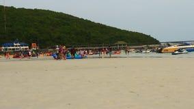 La gente in spiaggia dell'isola di corallo archivi video