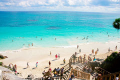 La gente in spiaggia di Cancun Immagini Stock Libere da Diritti