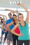 La gente sportiva che fa la forma fisica di potere si esercita alla classe di yoga Fotografia Stock