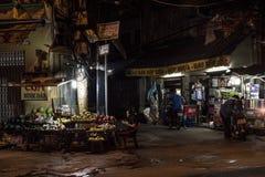 La gente sta accendendo con le loro vite in Ho Chi Minh City, Vietnam, alla notte fotografia stock