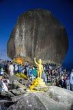 La gente sta adorando la grande roccia Fotografia Stock Libera da Diritti