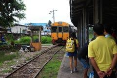 La gente sta aspettando il treno venente fotografia stock libera da diritti