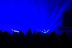 La gente sta ballando nel partito Fotografia Stock