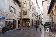La gente sta camminando lungo la via centrale di vecchia città di Bergamo Fotografie Stock Libere da Diritti