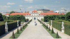 La gente sta camminando nel paesaggio barrocco del parco del belvedere nel giorno di estate soleggiato, ha tagliato i cespugli ve archivi video