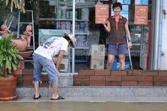 La gente sta costruendo le pareti per proteggere le loro case in Pathum Thani, Tailandia, nell'ottobre 2011 immagini stock