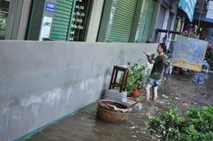 La gente sta costruendo le pareti per proteggere le loro case in Pathum Thani, Tailandia, nell'ottobre 2011 immagine stock libera da diritti