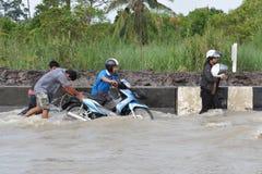 La gente sta facendo fronte all'inondazione nella loro città di Pathum Thani, Tailandia, nell'ottobre 2011 immagine stock libera da diritti