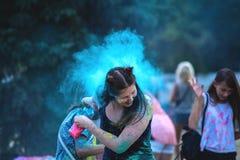 La gente sta gettando la pittura al festival di Holi fotografia stock