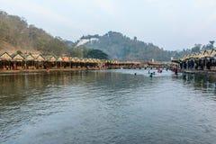 La gente sta giocando nell'acqua, al festival stabilito della pagoda di Shwe Taw, il Myanmar, Feb-2018 immagini stock