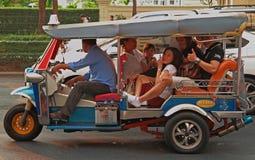 La gente sta guidando nel tuk-tuk Immagini Stock Libere da Diritti