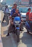La gente sta guidando sul motociclo a Haidarabad, India Immagini Stock