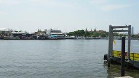 La gente sta imbarcando sulle navi fiume, Bangkok, Tailandia stock footage