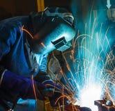 La gente sta lavorando la saldatura di acciaio Immagine Stock Libera da Diritti