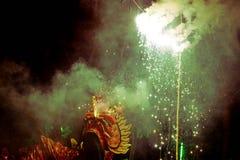La gente sta mostrando il ballo di leone ed il festival cinese del nuovo anno del drago del fuoco immagini stock