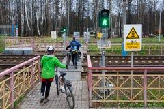 La gente sta muovendo intorno la stazione ferroviaria Ashukinskaya Fotografie Stock