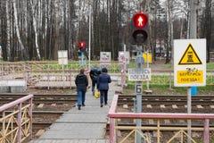 La gente sta muovendo intorno la stazione ferroviaria Ashukinskaya Immagine Stock