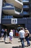 La gente sta nella linea per osservare un appartamento per affitto Fotografie Stock