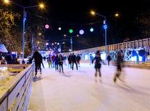 La gente sta pattinando sulla pista di pattinaggio Fotografia Stock Libera da Diritti
