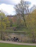 La gente sta rilassando in parco pubblico di Copenhaghen Immagine Stock Libera da Diritti