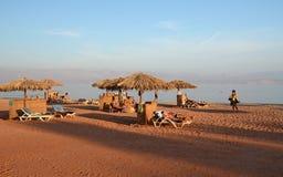 La gente sta riposando sulla spiaggia nell'Egitto Immagine Stock