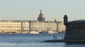 La gente sta su una costa di Peter e Paul Fortress - St Petersburg, Russia archivi video