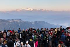 La gente sta vedendo la prima luce del giorno del ` s del nuovo anno all'alba con i paesini di montagna e la montagna di Kangchen immagini stock libere da diritti
