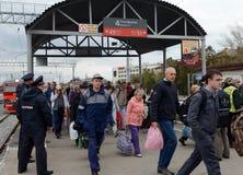 La gente sta venendo da un treno elettrico suburbano Immagine Stock