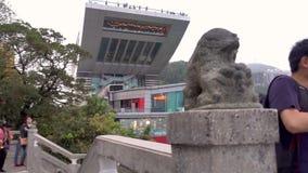La gente sta viaggiando al terrazzo di punta per osservare la città di Hong Kong dalla cima stock footage