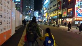La gente sta viaggiando in strada dei negozi di Ikebukuro stock footage