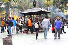 La gente sta visitando il Lingyin Temple buddista, Hangzhou, Cina Immagini Stock