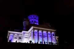 La gente stant davanti ad Helsinki illuminata San Nicola cathed Fotografia Stock Libera da Diritti