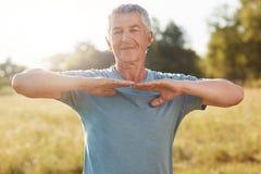 La gente, stile di vita sano e concetto di pensione Satisfied ha rinfrescato le mani dai capelli grige di allungamenti dell'uomo  Immagini Stock Libere da Diritti