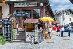 La gente in strada dei negozi Schonau Konigssee vicino a Berchtesgaden, Germania fotografia stock libera da diritti