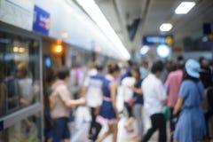 La gente su moto della sfuocatura della stazione della metropolitana Fotografia Stock
