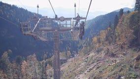 La gente su paesaggio della montagna e della seggiovia con gli alberi di autunno video d archivio