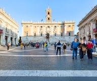 La gente su Piazza del Campidoglio a Roma Immagine Stock Libera da Diritti