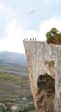 La gente su un'alta roccia ripida Fotografie Stock Libere da Diritti