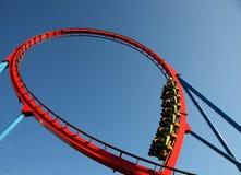 La gente su un giro del roller coaster Immagini Stock