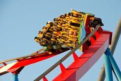 La gente su un giro del roller coaster Immagine Stock