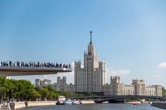 La gente su un ponte di barche immagine stock libera da diritti