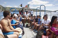 La gente su una barca Estate nell'arcipelago delle Azzorre portugal Fotografie Stock Libere da Diritti