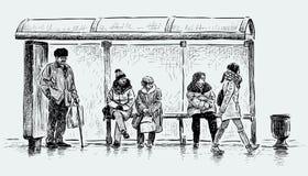 La gente su una fermata dell'autobus Fotografia Stock