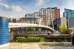 La gente su una passerella moderna a Leeds immagine stock libera da diritti
