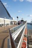 La gente su una piattaforma della nave da crociera Fotografie Stock